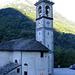 La chiesa parrocchiale di San Bernardo Abate a Frasco, notare a metà del campanile il segno giallo indicante l'incredibile altezza raggiunta dalla neve nell'inverno 1951.