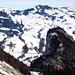 Die wilde Zünggelenflue (1088 m) vor dem weissen Rossbergmassiv.