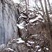 Blick aus der Scharte auf die Schlüsselstelle (T5/II bei diesen Verhältnissen). Im Aufstieg wird hier abgeklettert. Rechts bricht, nicht sichtbar, die Nordflanke steil ab.