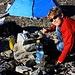 Silas hat sichtlich Spass an seinm ersten Biwak in Gebirge.