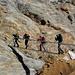 verschiedene Hilfsmittel sind zum Erklimmen der freigelegten Felswand eingerichtet