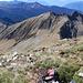 Auf dem Gipfel, Blick zurück zur Passregion (am linken Bildrand, ca. 4 cm von oben)) und zum Cima dello Stagn (Bildmitte, oberer Teil)