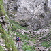 Aufstieg zur Meglisalp. Schöne Wegführung, zwar leicht, aber aufgrund der durch die Botanik verschleierten Exponiertheit nicht auf die leichte Schulter zu nehmen