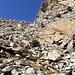 Vedete sulla roccia i segni blu, e come si presenta la salita: ripida e su terreno instabile