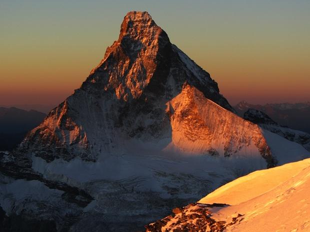 Erste Sonnenstrahlen erwärmen das Matterhorn..