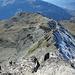 im Westen: die Arête des Ombrintses<br />über diesen Grat geht´s gleich hinab <br />mit dem Ziel im weiteren Abstieg den rechts unterhalb des Grats verlaufenden Weg zu erreichen