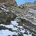 ... bis uns wenige Meter unterhalb der Lücke Eis unter der Schneeauflage auf den etwas steileren, abwärts gerichteten Felsbändern stoppen