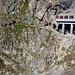 Unterhalb der Endstation Nid d'Aigle (2372m) verläuft die Zahnradbahn durch zwei kurze Tunnels. Der Bergweg jedoch folgt durch die steile Bergflanke wo sich zahlreiche Bergsteiger im Abstieg befinden.