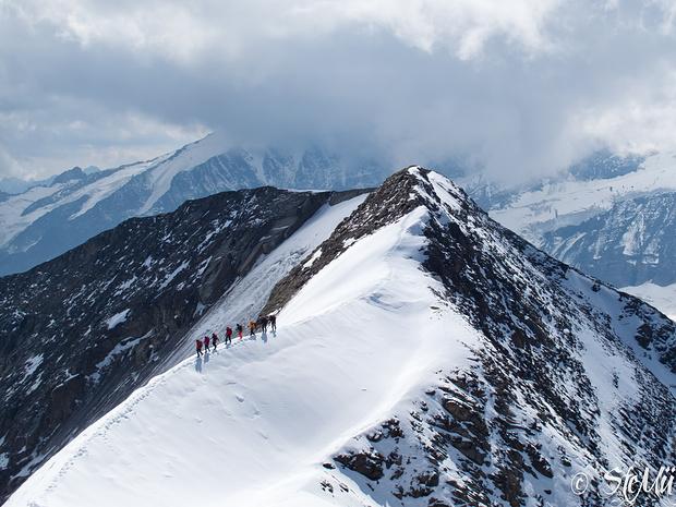 Führer-Seilschaft auf dem Verbindungsgrat zwischen Nord- und Südgipfel des Mittleren Bärenkopfs
