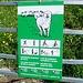 Bei diesem Gitter beginnt der jetzt deutliche Pfad nach Vorder Chamm. (Dank diesem Schild freut man sich ja schon richtig auf die den schmalen Pfad verteidigenden Herdenschutzhunde....)