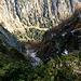 In der Nähe vom Gruntschabichl verengt sich der Kamm für ein paar Schritte auf ca. Wegbreite und beschert einem schöne Tiefblicke in das Dorfer- und Maurertal. Hier der Tiefblick in´s Dorfertal.