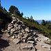 Weg von der Hütte zum Gipfel hat es mehrere solcher Riesensteinmänner die fast als zu überkletterndes Hindernis mitten auf dem Weg stehen