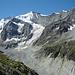 Der erste Weg zur Mountet-Hütte verlief auf der kaum noch vorhandenen Seitenmoräne rechts. Aus diesem Grund hat man meine heutige Tour in den 80er neu angelegt. Mittlerweile gibt es auch auf der ehemaligen Seite wieder einen Weg, er verläuft rechts oben über dem Grün hinab auf den Gletscher in der Bildmitte.