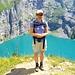 Es gibt mehrere Aussichtskanzeln direkt neben dem Wanderweg, wo man prächtige Tiefblicke auf den blauen Oeschinensee hat! Links im Bild ist auch die Untere Fründenschnuer auszumachen