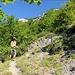 unterwegs auf schmalem Pfad durch schöne Landschaft