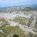 von der Gratkante Blick auf das Gottesackerplateau<br />in Bildmitte die Bergstation der Seilbahn