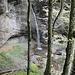 Hier verläuft der Bergwanderweg hinter dem Wasserfall hindurch.
