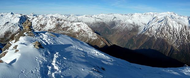 Rechts: Unmittelbar über dem Felbertauerntal ragen die Gipfel der Granatspitzgruppe auf. Dahinter die Glockner Berge.