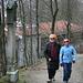 Marie und Isi auf dem Kreuzweg zum Bogenberg