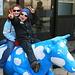 Marie und Lukas auf der blauweißen bayrischen Kuh