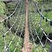 Gleichgewichtstest auf dem Hanfseil der kleinen Hängebrücke