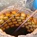 In diesem Ofen werden Samsa - mit Fleisch und Zwiebeln gefüllte Brote - gebacken