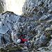 [u Lena] im Ausstieg aus dem letzten, kleinen Kamin kurz vor dem Gipfel des K VIII