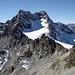 la via normale passa dentro sul ghiacciaio per poi salire le rocce finali della vetta che è sulla dx