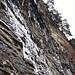 Eiszapfenteppich in den Felswänden über uns