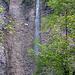 Immer wieder stürzen sich rechts und links des Weges der hinteren Töss entlang Wasserfälle von Nagelfluhwänden in die Tiefe