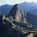 Eins meiner beiden Lieblingsbilder von Machu Picchu zeigt die Totale am frühen Morgen. Der Huayna Picchu ist der große Kegel im Hintergrund.