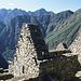Machu Picchu ist umgeben von Bergen.