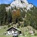 Brünnstein und die Bergwachthütte - in der mit Gras durchsetzten Felsflanke oben rechts verläuft der Klettersteig