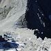 Direkter Gipfelblick hinab in die sehr steile Westflanke.