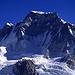 Vom Gipfel des Gokyo Ri bietet sich ein großartiger Blick über das obere Gokyo-Tal und dessen Abschluss, einer über 7000m hohen Eiswand. Den östlichen Eckpfeiler dieses Eisriegels bildet der Gyachung Kang (7922m), einer der höchsten 7000er der Erde.