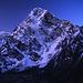 Die senkrechte Nordostwand des Cholatse (6440m) von Dzonglha. Aufgenommen frühmorgens vor Sonnenaufgang.