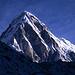 Beim Aufstieg von Lobuche zum zum Kala Pattar bietet sich frühmorgens dieser Blick auf den Kegel des Pumo Ri (7161m).