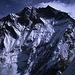 Die Lhotse-Wand überragt uns immer noch um unglaubliche 2300m. Mit 8516m ist der Lhotse der vierthöchste Berg der Erde.