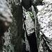Der höhlenartige Durchschlupf. Hier muss man sich vor dem oben sichtbaren Klemmblock nach oben stemmen mit Hilfe von ein zwei guten Tritten, oben überquert man dann den Block (siehe nächstes Bild).