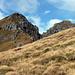 Gandstock (rechts) und Vorgipfel.<br />Die Spur verläuft gleich rechts vom grossen Stein in der Mitte