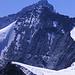 Blick auf die Begrenzung des Gletscherkamms im oberen Moiry-Becken. Im Hintergrund sieht man den Grand Cornier (3962m), und dahinter die Dent Blanche (4357m).