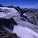 Abschwung des Westgrates des Pigne de la Lé. Die Gipfel des westlichen Begrenzungsgrates des Moiry-Beckens sind von links nach rechts: die schwarze Dent des Rosses (3613m), Ost- und Westgipfel der Pointes de Mourti (3564m und 3529m), Tsa de l'Ano (3368m) und Pointe de Moiry (3303m). Rechts im Bild sieht man den Eisfall des Moiry-Gletschers.