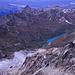 Blick vom Pigne de la Lé nach Nordwesten über das Hochtal von Moiry. Tief im Tal erkennt man den Moiry-Stausee. Am Horizont die westlichen Berner Alpen, davor der markante Sassenaire (3254m).