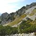Es geht nun etwas abwärts und nachher rechts über Geröll und dem Felsband entlang