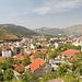 In Mostar / Мостар - Blick über die Stadt während eines Zwischenstopps an der östlich oberhalb vorbeiführenden Straße.