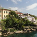 """In Mostar / Мостар - An der """"Alten Brücke"""" Stari most / Стари мост. Blick über die Neretva / Неретва flussabwärts zum östlichen Ufer."""