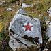 """Im Aufstieg zum Maglić / Маглић (Route durch die Ostflanke) - Neben den üblichen rot-weißen Farbmarkierungen in der Streifen- und Punkt-Variante gibt's anfangs auch """"Partisanensterne""""."""