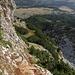 Im Aufstieg zum Maglić / Маглић (Route durch die Ostflanke) - Rückblick. Auch eine der - an vermeintlich gefährlichen Stellen vorhandenen - Drahtsischerungen ist zu erkennen.