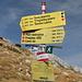 Wegweiser am Punkt 2.148 m bei Carev Do / Царев до - Hier treffen die Wege aus Mratinje, vom Trnovačko jezero und vom Maglić/Crnogorski Maglić zusammen. Wir wechseln nun auf die andere Seite des Bergkamms und steigen dann über Šarena lastva / Шарена ластва zum Trnovačko jezero / Трновачко језеро hinunter.