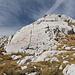Unweit des Wegweisers am Punkt 2.148 m bei Carev Do / Царев до - Auch auf dem Fels sind nochmals die Hauptrichtungen angegeben.